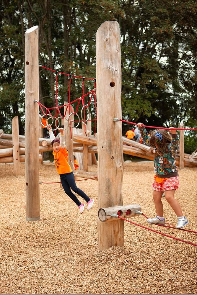 Swinging across hanging loops